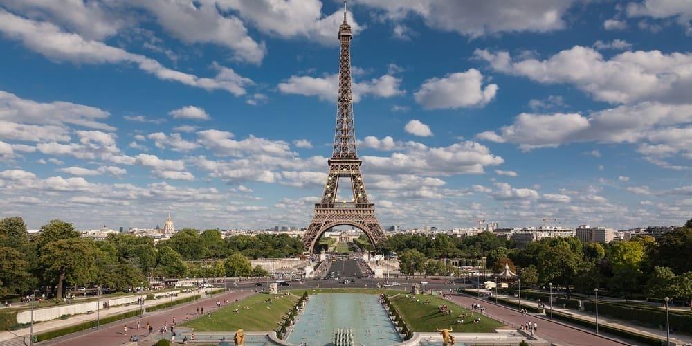 Torre Eiffel sobre el cielo con el clima de abril en París.