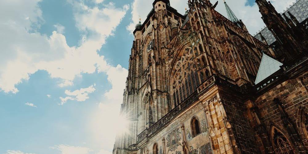 Catedral de Praga con el cielo despejado propio del tiempo, clima y temperatura en Praga en abril.