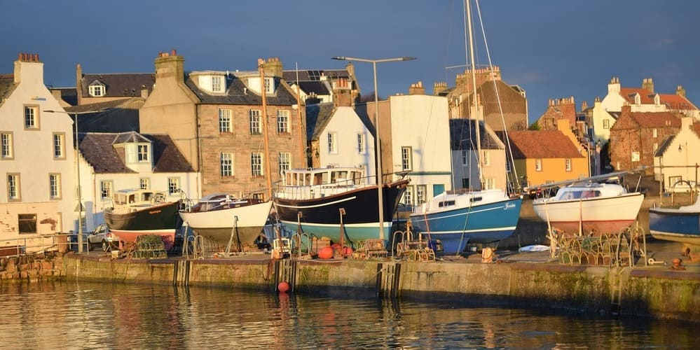 Fotografía del puerto en uno de los pueblos de la costa de Fife.