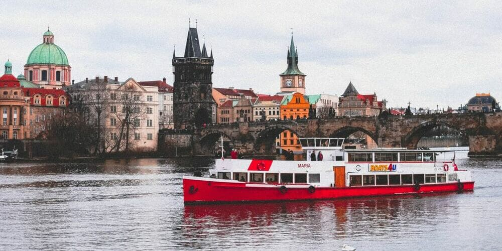 Barco en el río Moldava, una de las mejores actividades para hacer con el tiempo, clima y temperatura en Praga en Abril.