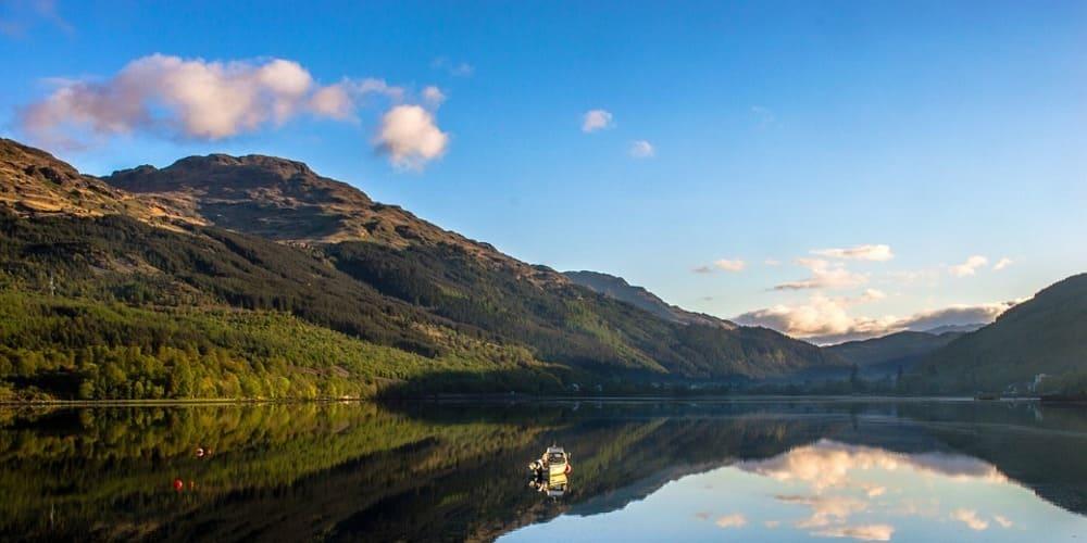Vista de las Montañas Highlands en el valle durante excursiones desde Edimburgo.