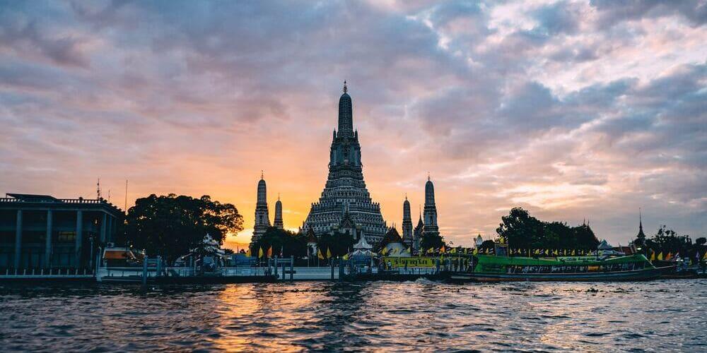 Silueta de un templo de Bangkok durante el atardecer antes de empezar las excursiones desde Bangkok.