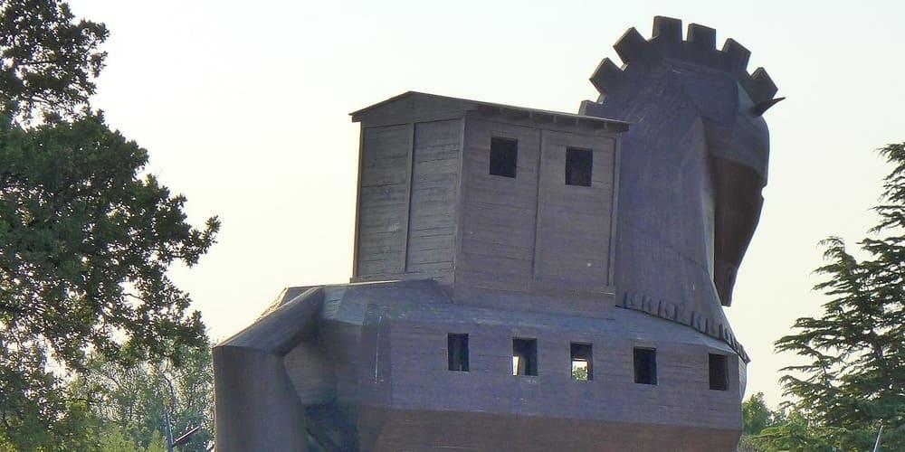Escultura de madera del caballo de Troya