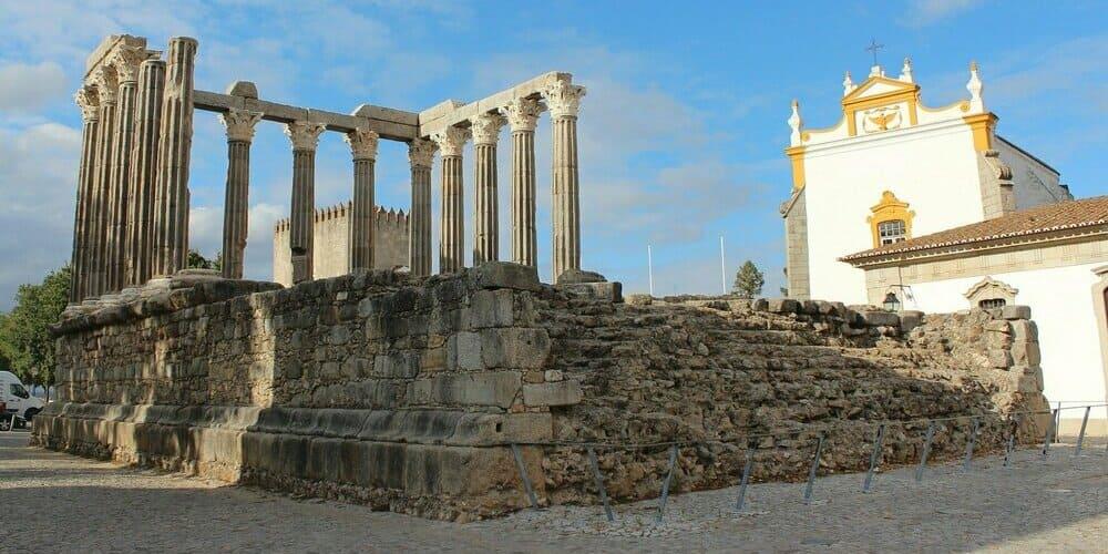 Templo romano de Évora en la excursión desde Lisboa.