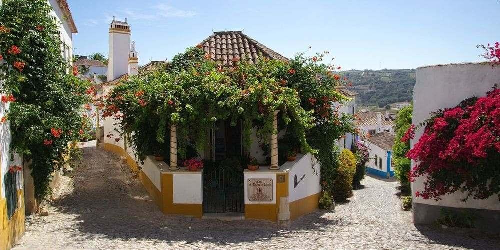 Casas típicas de Óbidos durante la excursión desde Portugal