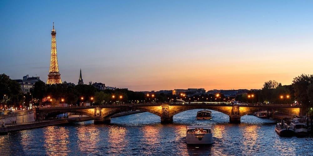 Entorno del río Sena iluminado durante la excursión desde Londres.