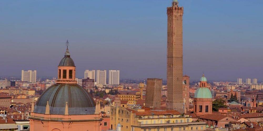 Panorámica aérea de Bolonia y una de las Dos Torres.