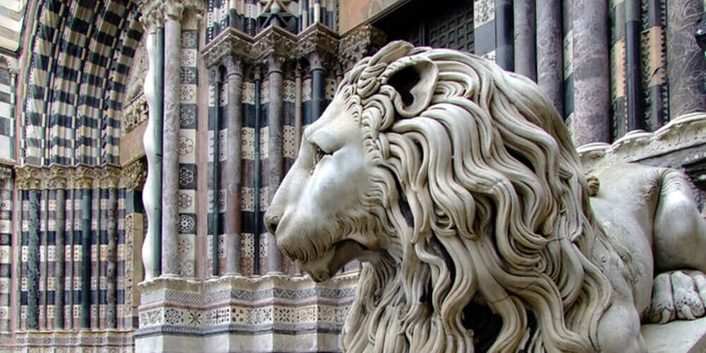 Imagen de la fachada de la Catedral de San Lorenzo que podrás ver en una de las excursiones desde Milán.