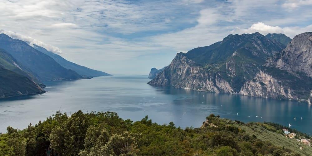 Vistas del lago Garda desde uno de los picos en los que se aloja.