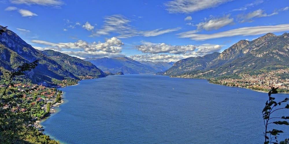 Vista aérea del Lago Lecco en mitad de los Alpes.