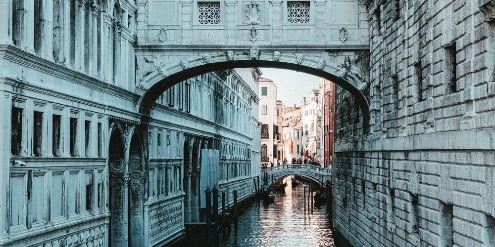 Fotografía del Puente de los Suspiros tomada durante una de las excursiones desde Milán.