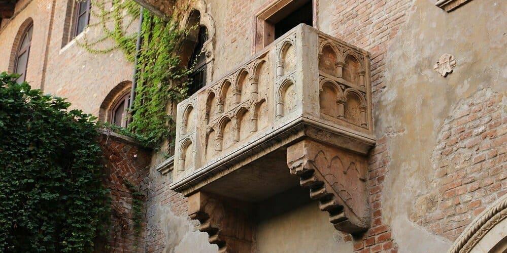 Instantánea del balcón de Julieta que se ve durante las excursiones desde Milán a Verona.