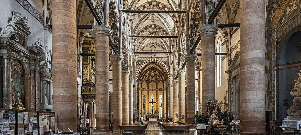 Interior de la Iglesia de Santa Anastasia en Verona.