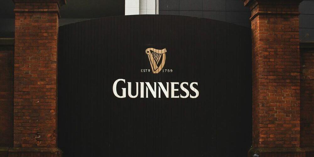 Fotografía de la puerta de la fábrica de Cerveza Guinness.