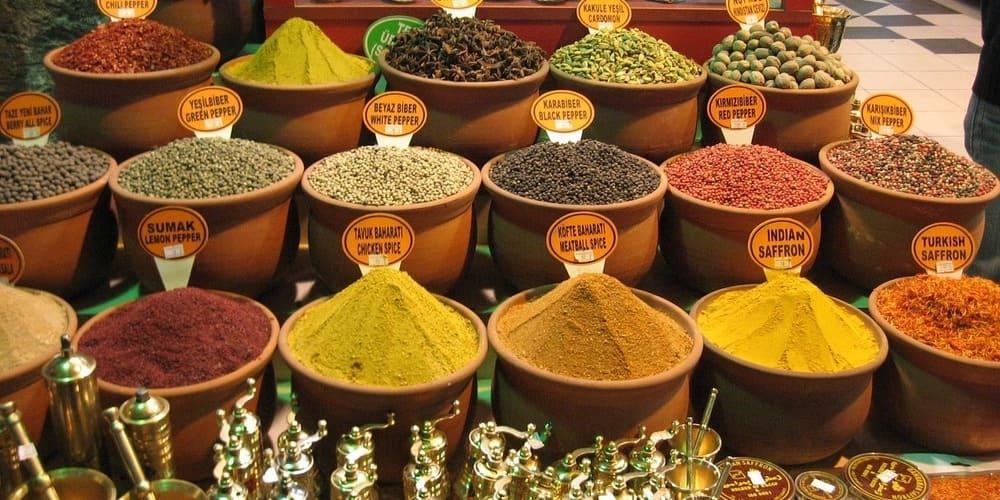 Imagen de un puesto de especias durante una visita al Gran Bazar.