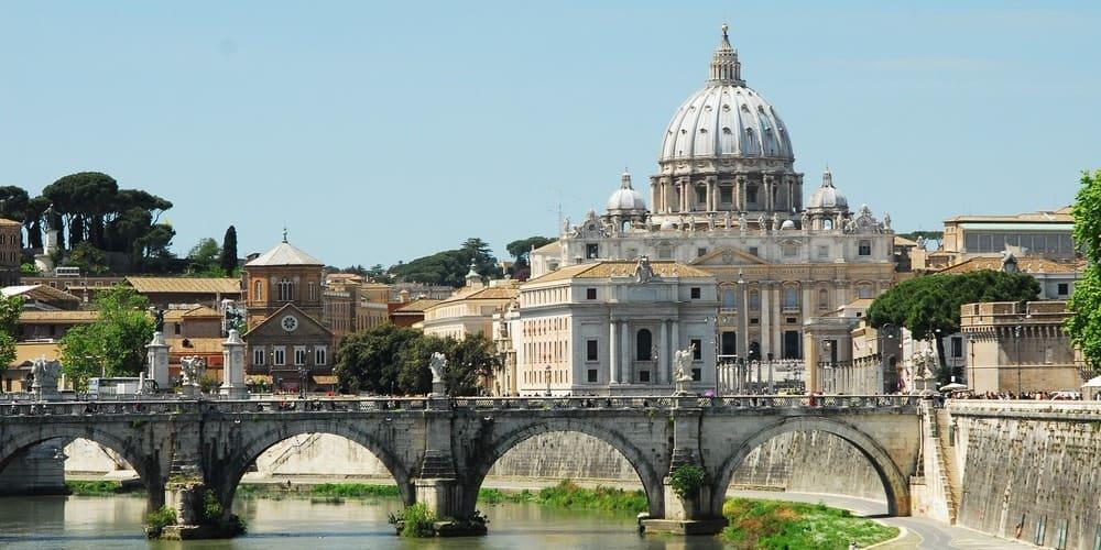 Basílica de San Pedro durante la hora que abre el Vaticano.
