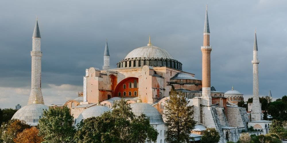 Imagen de Santa Sofía en contraste con el tiempo, clima y temperatura en Estambul durante febrero.