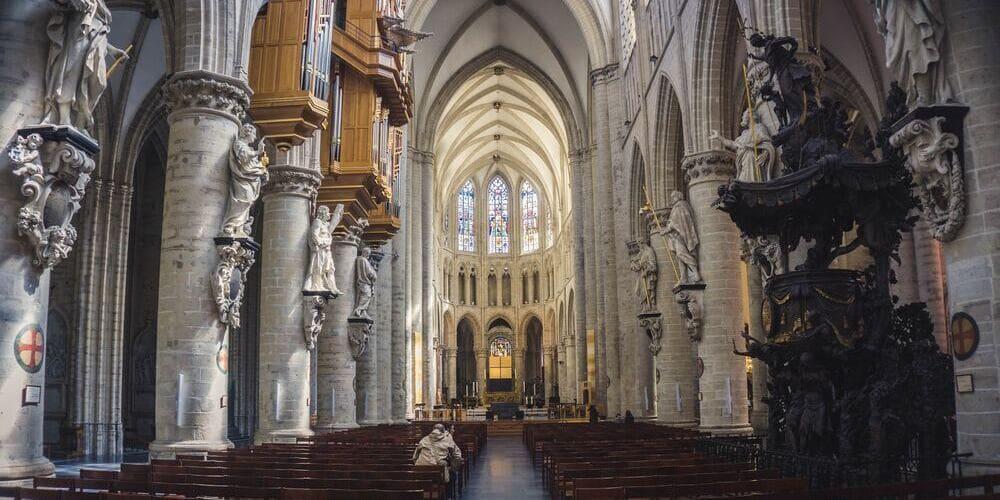 Fotografía del interior de una de las catedrales de Bruselas.