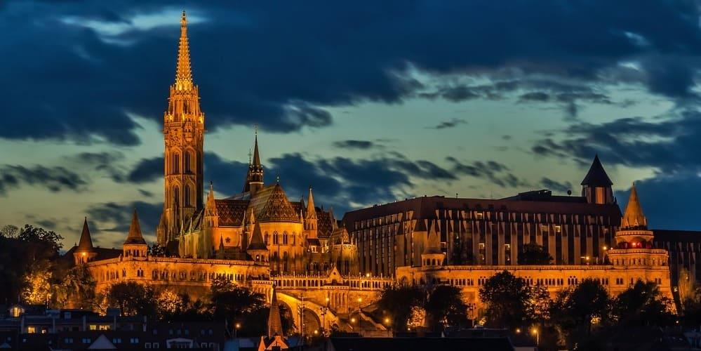 Vista nocturna de los edificios iluminados de Budapest.