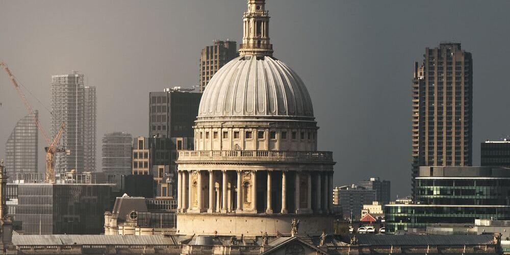 Fotografía aérea de la Catedral de St Paul bajo el tiempo, clima y temperatura en Londres en Marzo.