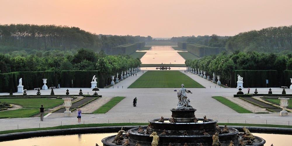 Jardines del Palacio de Versalles con la temperatura de abril en París.