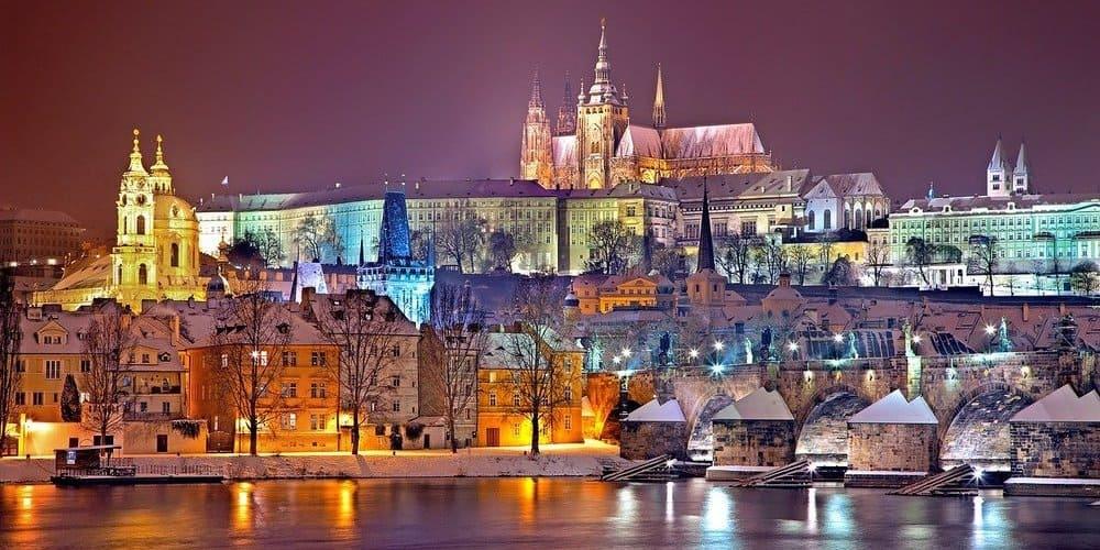 Praga iluminada durante la noche.