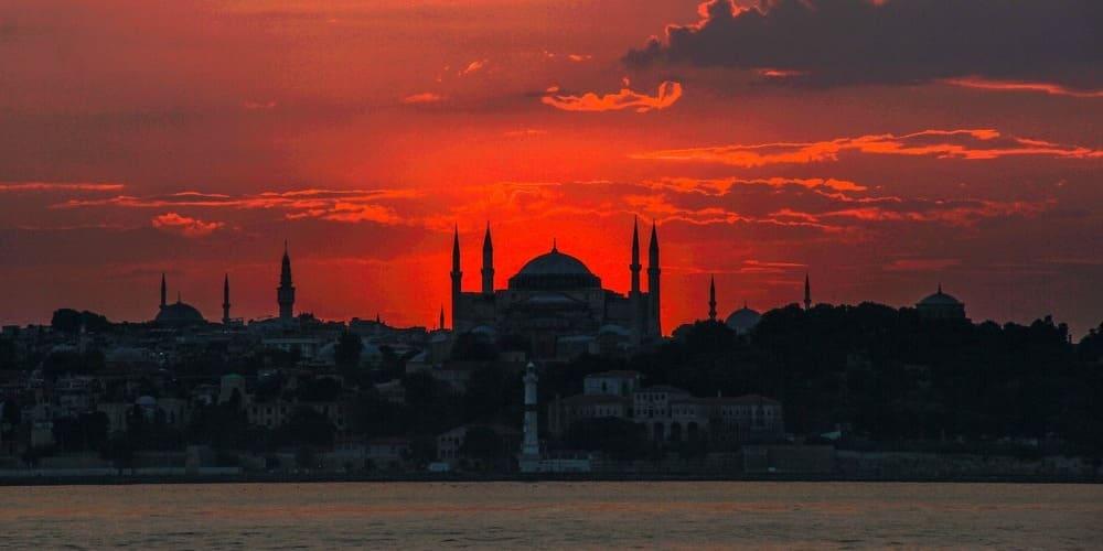 Silueta de Estambul durante el atardecer desde el crucero por el Bósforo en marzo.