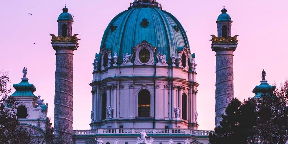 Imagen de uno de los monumentos de Viena durante la puesta de sol.
