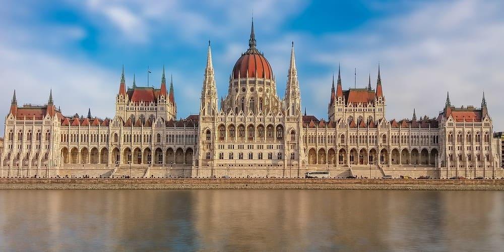 Fotografía de la fachada del Parlamento húngaro, una de las visitas más recomendadas para el tiempo, clima y temperatura de Budapest en febrero.