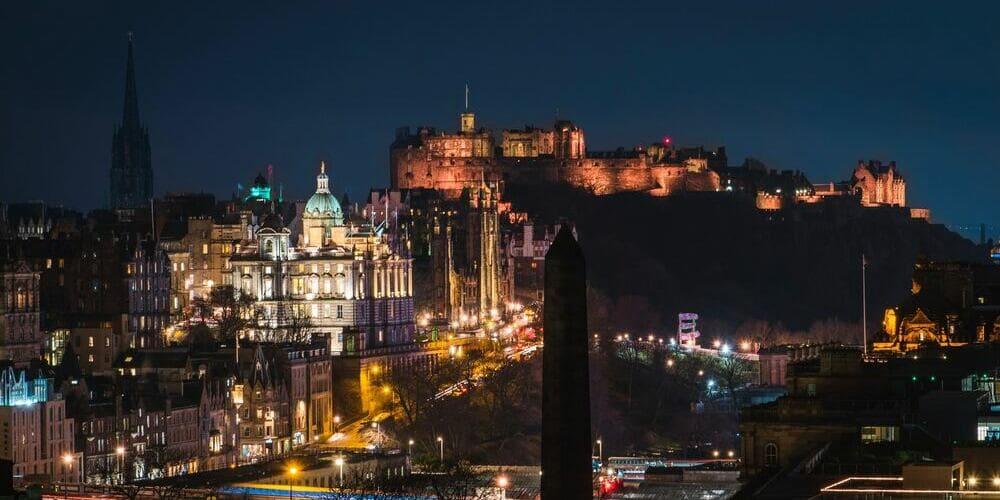 Anochecer en la ciudad de Edimburgo durante febrero.
