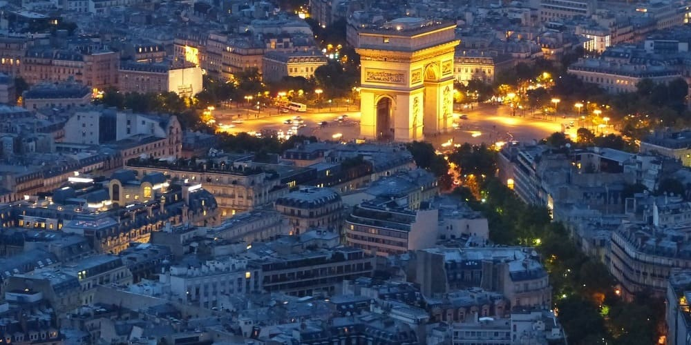 Arco del Triunfo por la noche en París en abril.
