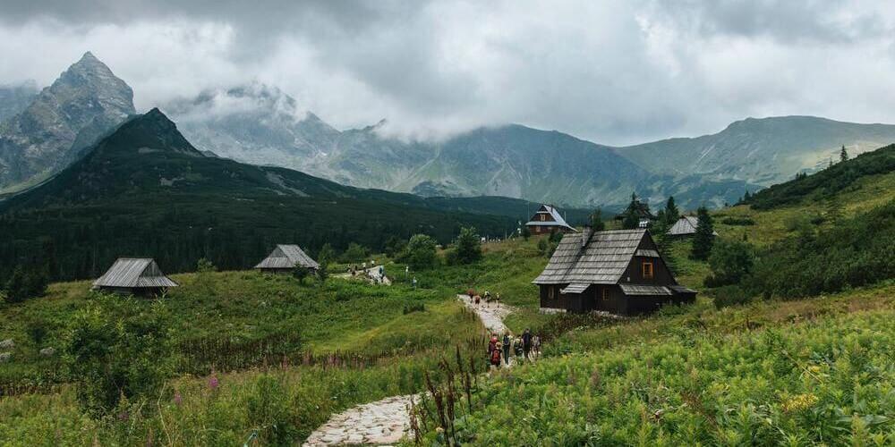 Turistas recorriendo Zakopane bajo el tiempo nublado de marzo.
