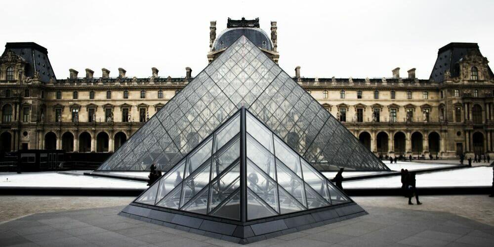 Fotografía del Museo del Louvre y sus pirámides.