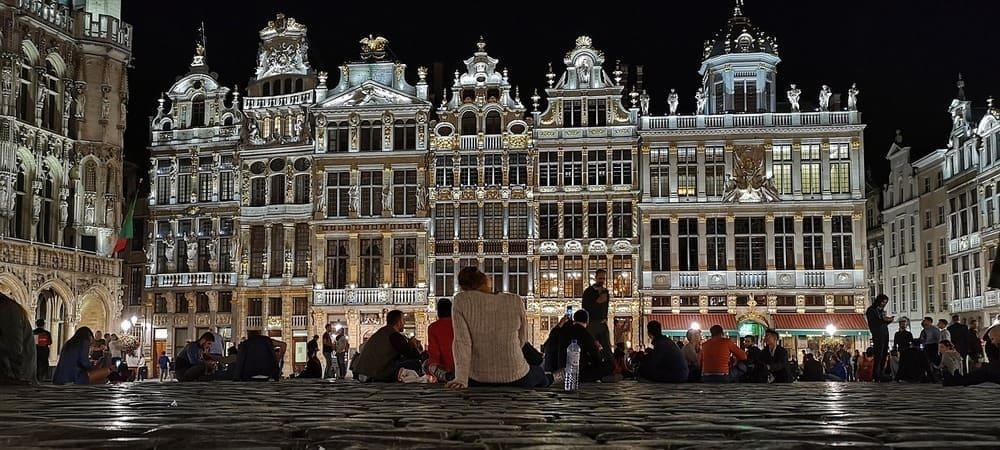 Fotografía de las calles de la ciudad iluminandas bajo el tiempo, clima y temperatura en Bruselas.