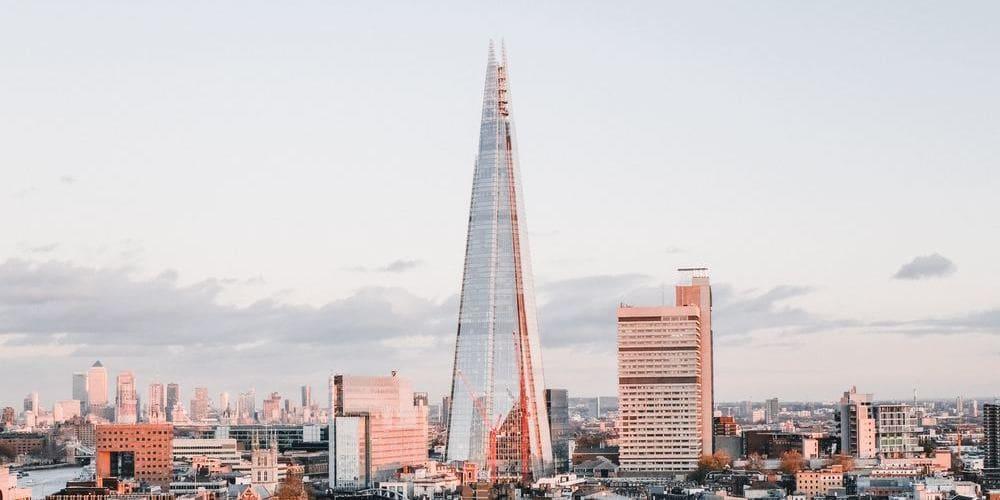 Imagen del contraste de la torre Shard frente al skyline de Londres