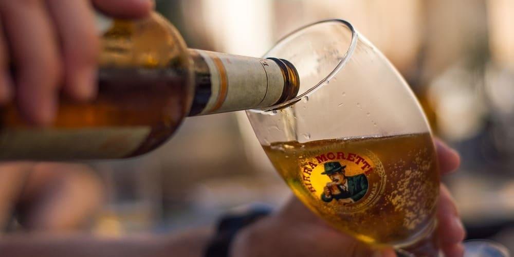 Fotografía de una cerveza checa mientras se está sirviendo.