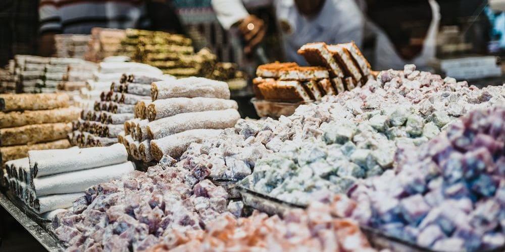 Fotografía de un puesto de dulces tradicionales turcos durante un tour gastronómico.