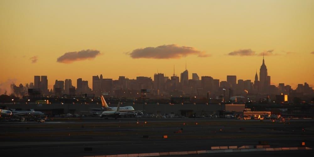Avión despegando en la Gran Manzana al amanecer