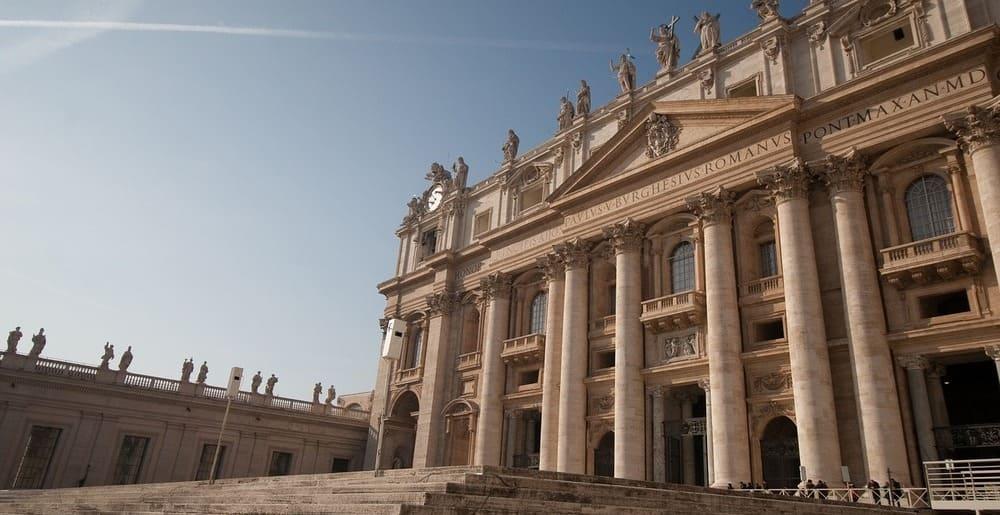 Fachada de la Basílica de San Pedro en Italia
