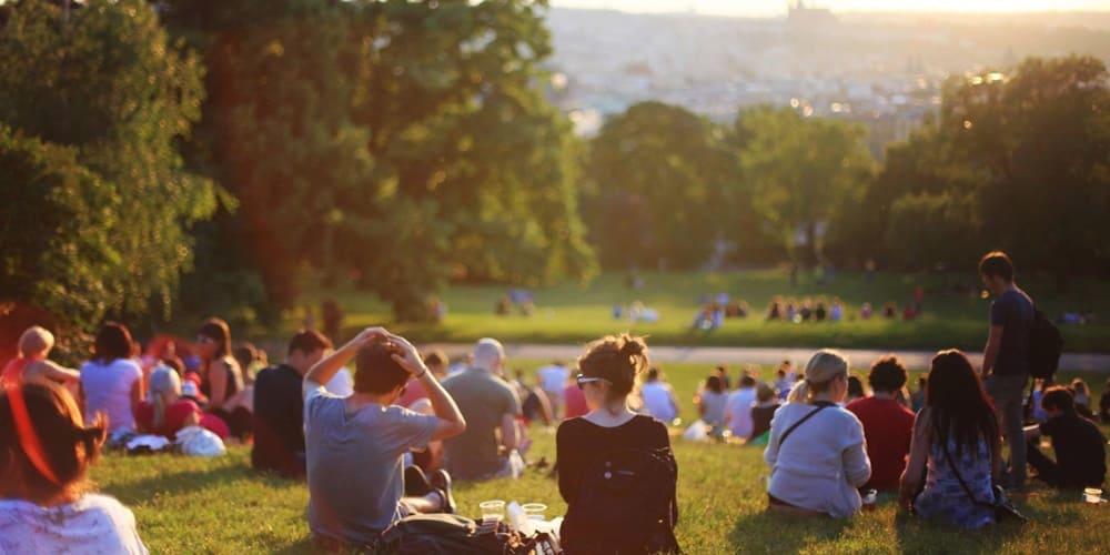 Una de las actividades mas populares es tomar el Sol en las explanadas