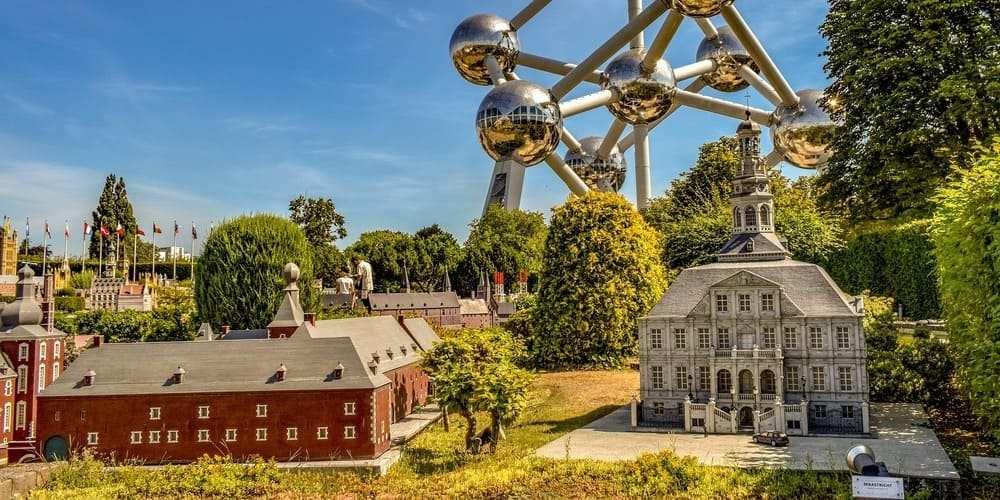 Visita a Mini Europe acompañado por el tiempo de abril en Bruselas.