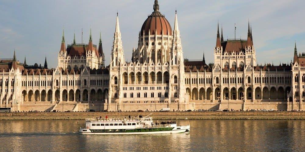 Paseo por el Danubio en un día con clima cálido en Budapest en abril