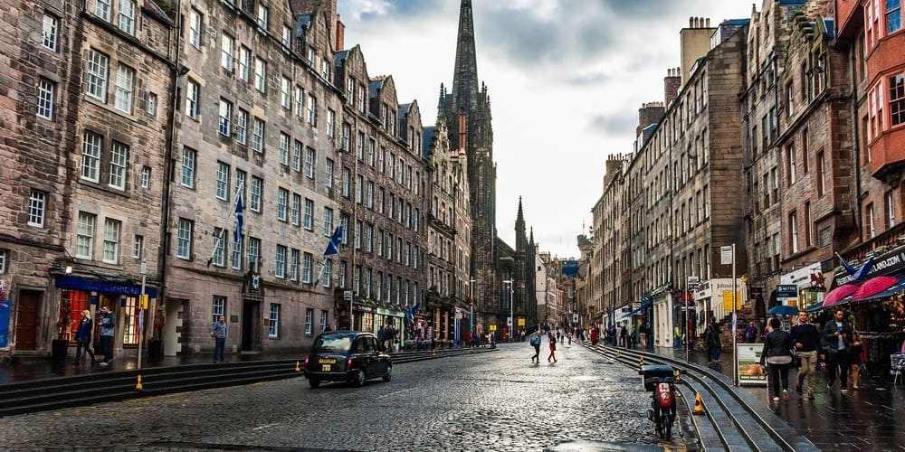 Turistas paseando con la baja temperatura en Edimburgo en abril.