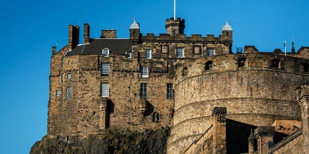 Castillo de Edimburgo con tiempo apacible en junio