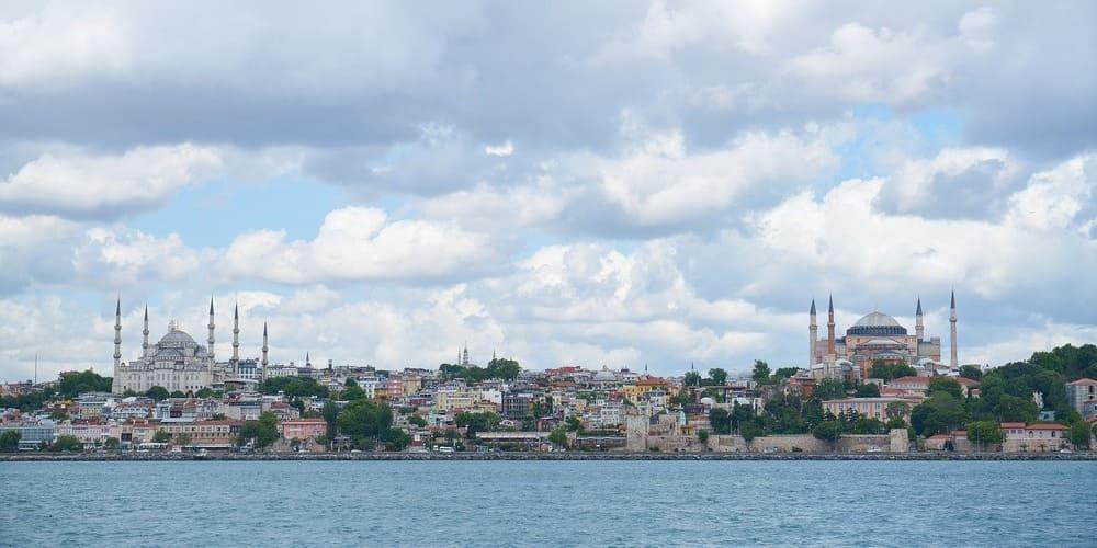 Panorámica de la Mezquita Azul en frente de Santa Sofía desde el Estrecho del Bósforo.