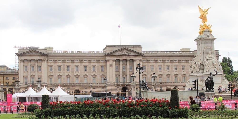 Buckingham Palace con el clima nublado de Londres en mayo.