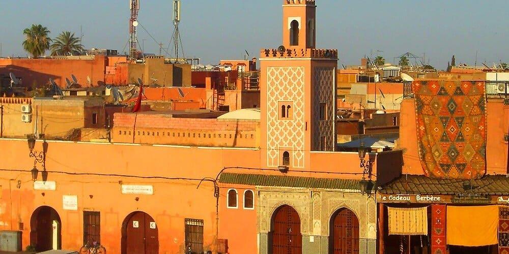 Edificio árabe con clima cálido en Marrakech en junio