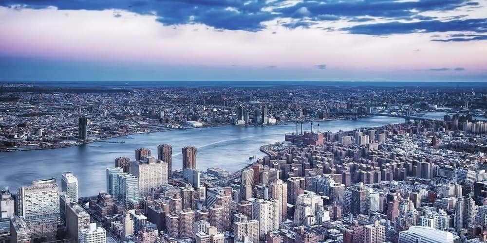 Vistas aéreas desde el helicóptero rodeado por la alta temperatura en Nueva York en junio.