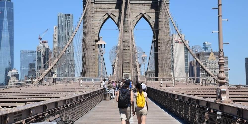 Transeúntes en el Puente de Brooklyn en Nueva York en mayo.