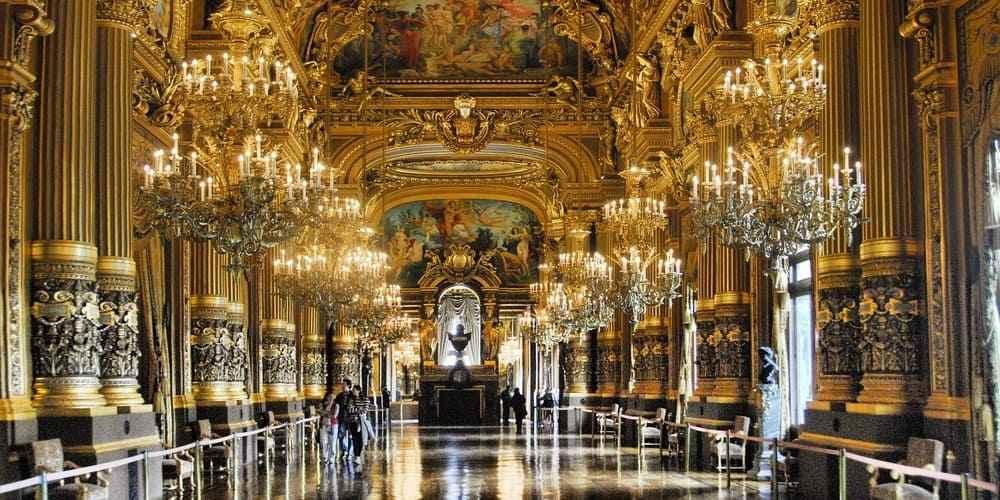 Turistas visitando el interior de la Ópera Garnier.